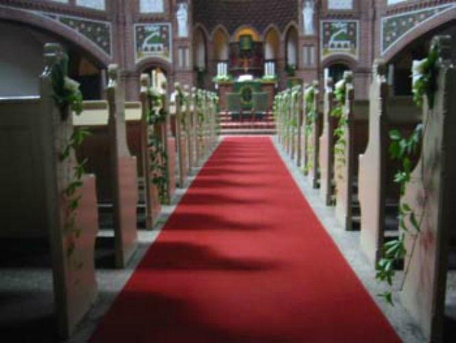 Beispiel: Kirchendekoration mit weißen Rosen, Foto: Blumen Hetzer.