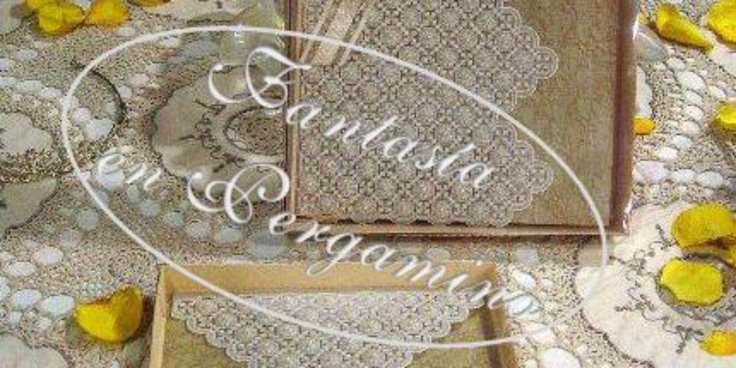 Tarjeta de invitación y Libro de firmas en pergamino, similar a un encaje para bodas románticas.