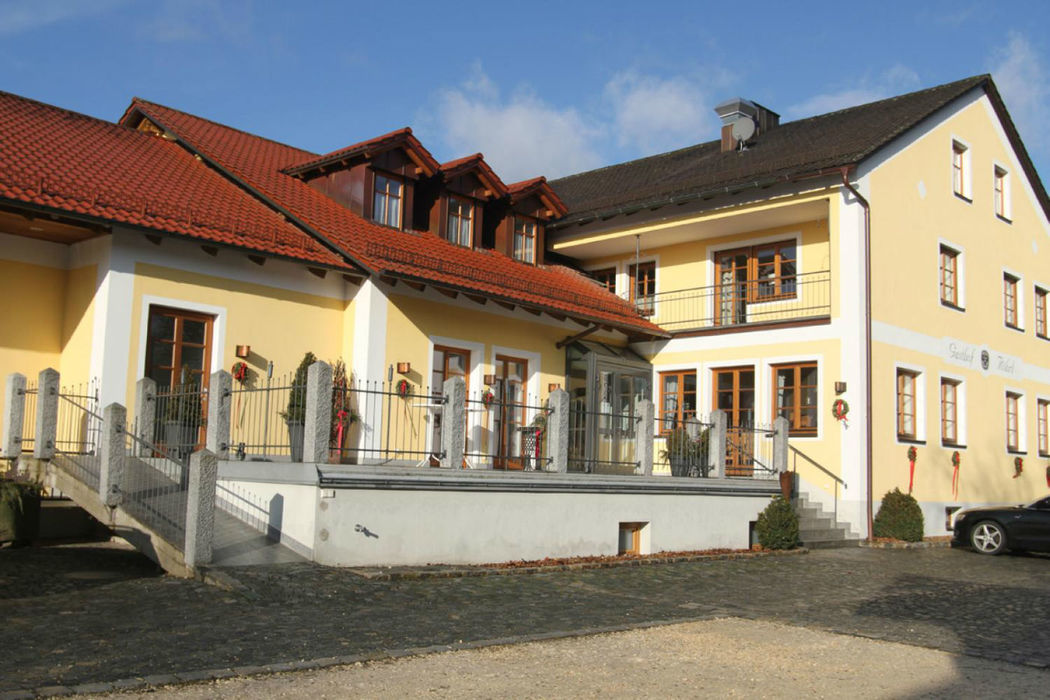 Beispiel: Außenansicht, Foto: Gasthof Röhrl - Zum schwarzen Adler.