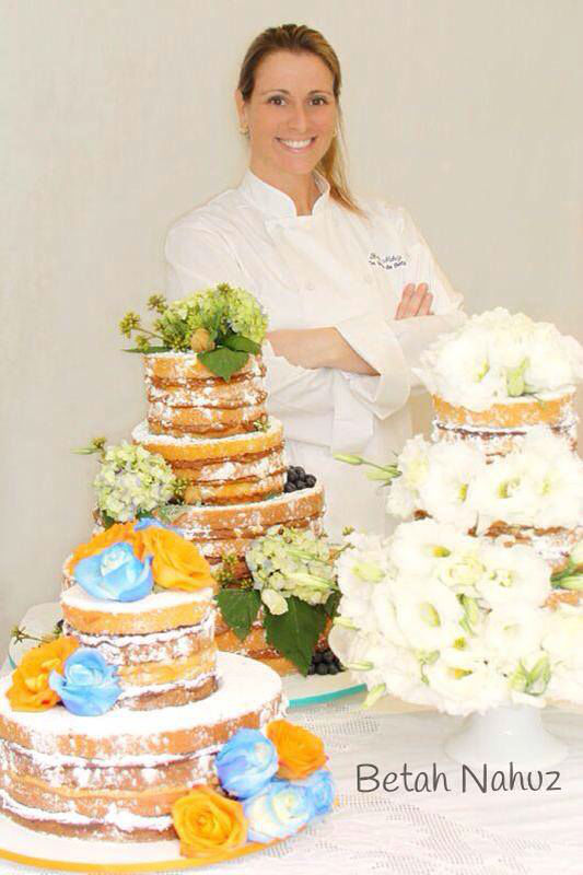 Naked cake com lisianthus, naked cake com rosas colombianas laranjas e azuis, naked cake com frutos, blueberries, hortências e folhas de parreira de uva.