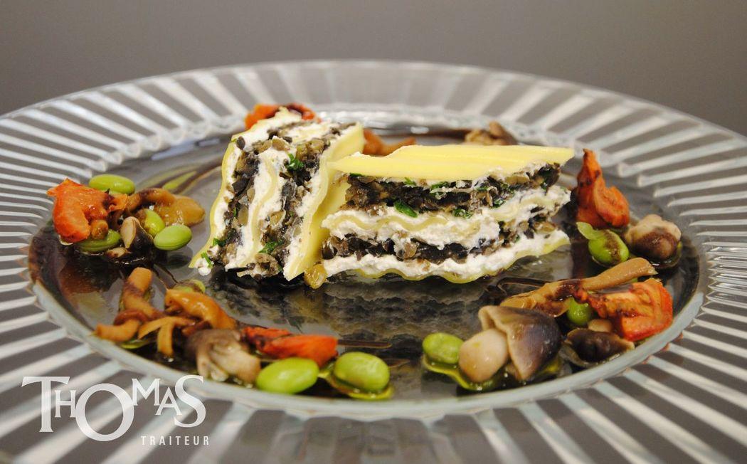 Entrée Froide : Lasagne de fromage de chèvre (Fine lasagne, fromage travaillé aux herbes, fine tapenade d'olives et tomates, salades folies)