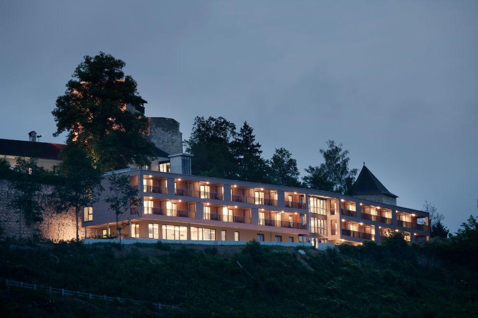 Beispiel: Außenansicht beleuchtet bei Nacht, Foto: Burg Kreuzen.