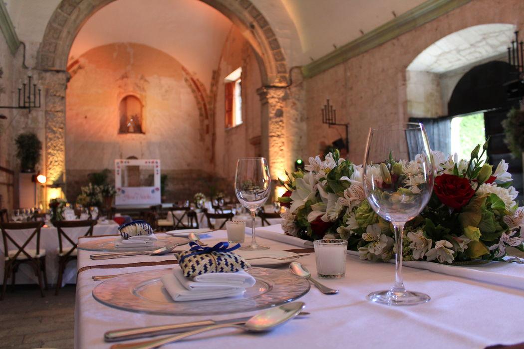 Evento::Boda Alma & Antolin:: Lugar: Hotel Quinta Real Coordinación integral del evento. Ambientación de ceremonia civil. Set para mesa de novios. Marco de fotos.
