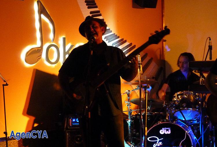 Chirro Perez. Importante músico de estudio con más de treinta años de experiencia, ha tocado con miembros de grupos tan aclamados de la Nueva Ola española como Sissí, Ruby y los Casinos, Flash Strato, Glutamato Ye-yé, Azul y negro, El Umbral, Popliester, Eliseo, etc.. Actualmente es miembro del afamado grupo Liverpool de música tributo de The Beatles, finalistas en el programa Lluvia de Estrellas, y varias veces internacionales
