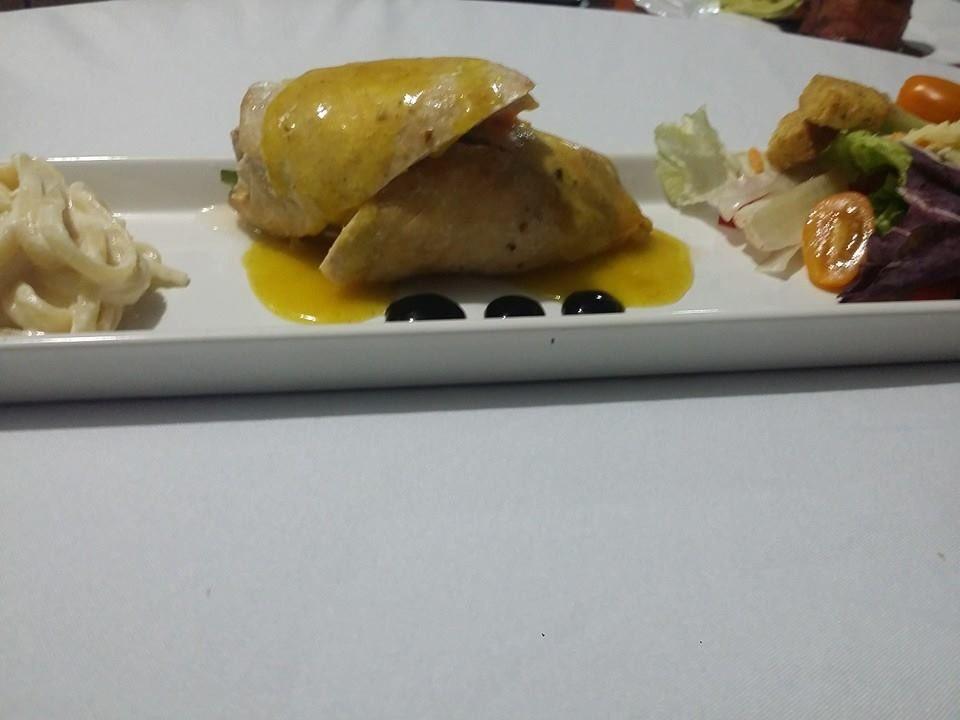 Popiette de pollo relleno de Chile poblano, queso crema y elote, reducción de balsámico