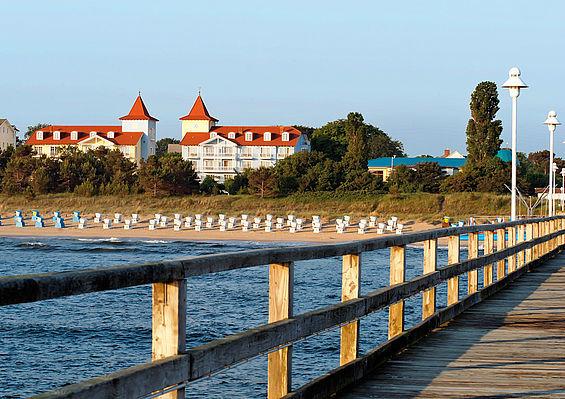 Beispiel: Das Hotel von der Seebrücke aus, Foto: Travel Charme Strandhotel Zinnowitz.