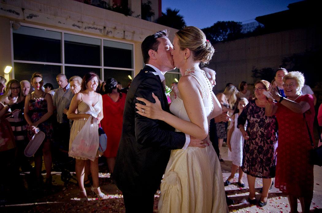 Suni & Oscar, Aigües. Ya terminada la ceremonia, todo son felicitaciones, besos y abrazos.