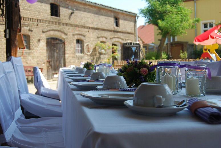 Beispiel: Hochzeitstafel im Hof, Foto: Storchenhof Paretz.