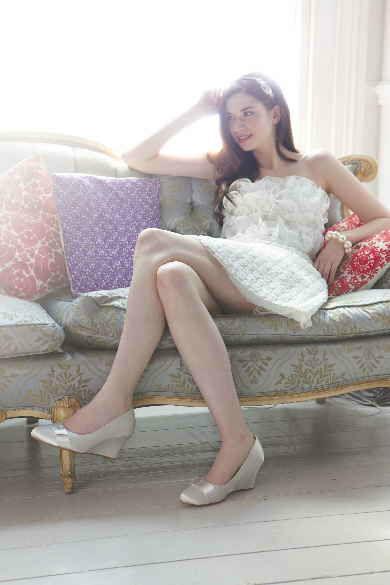 Beispiel: Braut mit silbernen Brautschuhen, Foto: Brautstudio Sposa Favola.