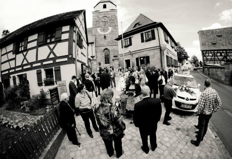Beispiel: Hochzeitsgesellschaft in Schwarz-Weiß, Foto: Friedemann Thomas.