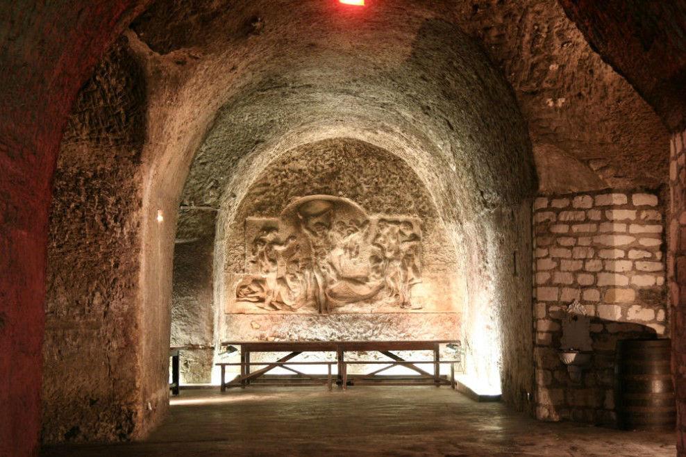 Chemin des Vignes_L'OFFRANDE. CANONICI. 1975. Corse d'origine génoise, il réalise ce haut relief en 1975, trouvant à 25 ans l'occasion de s'exprimer pour la première fois dans cette dimension. Depuis, il s'est également spécialisé dans la réalisation de bronzes.