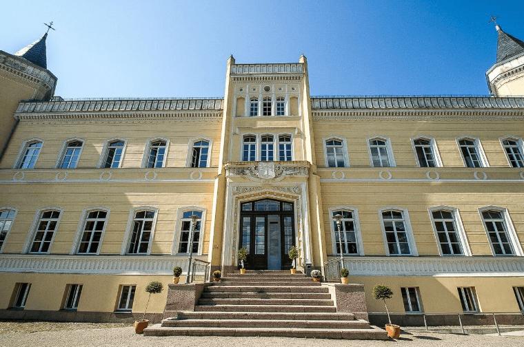 Beispiel: Außenansicht - Eingang, Foto: Eventkirche Schloss Kröchlendorff.