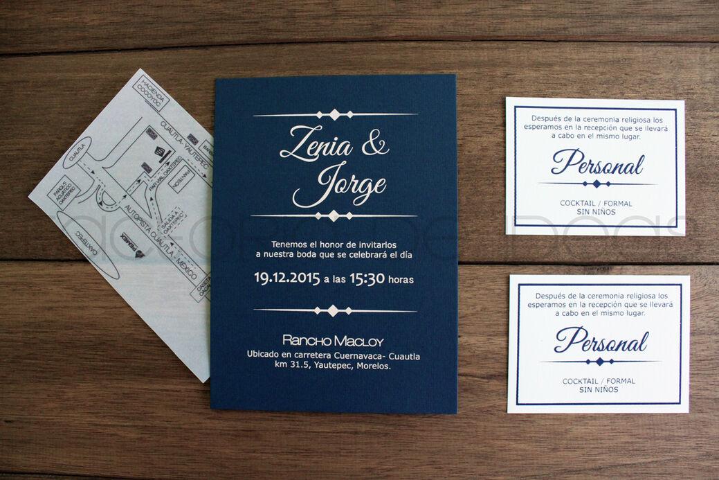 Invitación elegante y sencilla, con detalle de papel en dos colores diferentes.