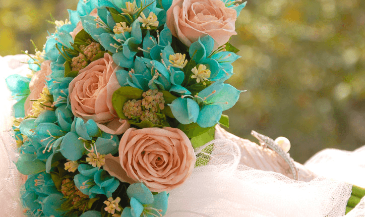 Buquê fake - surpriendente: rosa chá, azul tiffany e um toque de verde.