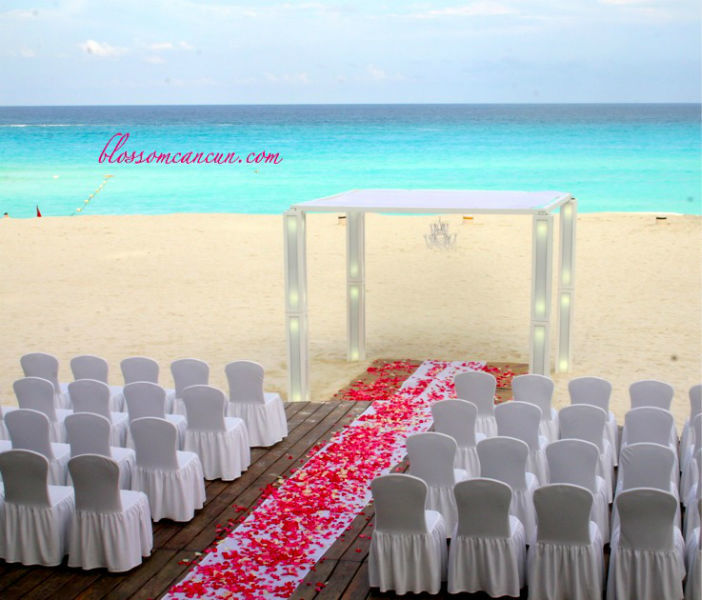 Gazebo moderno color blanco para una ceremonia súper moderna. Foto by Blossom Cancun.