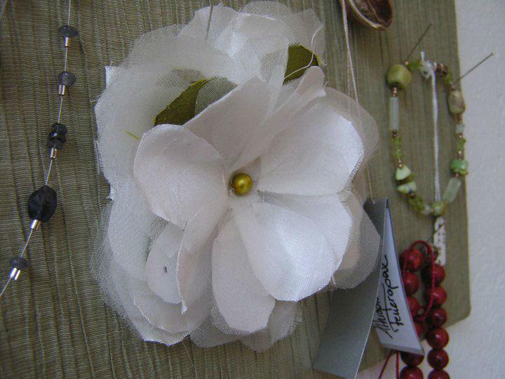 Beispiel: Seidenblume aus dem Ladengschäft, Foto: JAAP Accessoires.