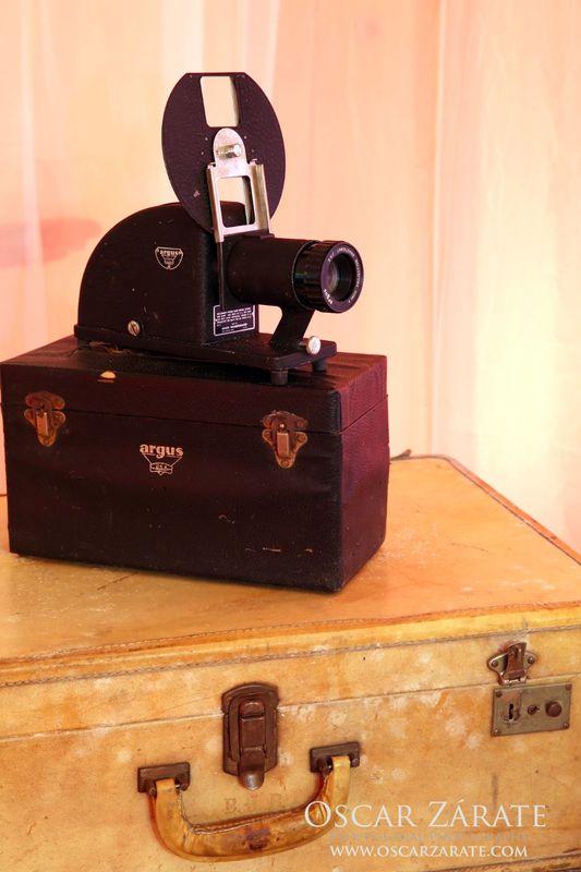 Nuestro proyector antiguo sobre maleta de piel.