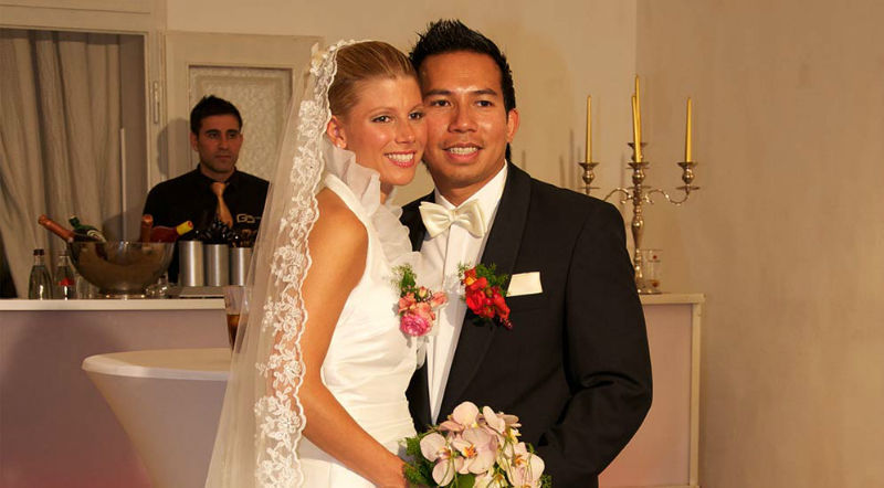 Beispiel: Glückliches Hochzeitspaar, Foto: Golden Catering.