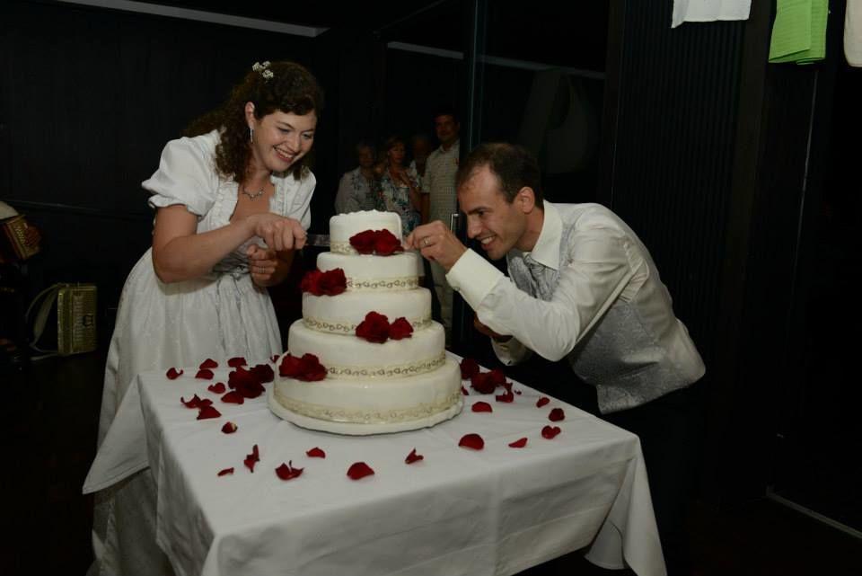 Freuende Brautpaare meiner Hochzeitstorten. Erfreuen mein Herz