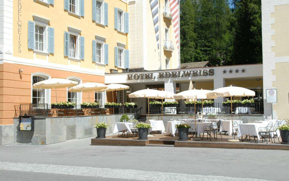 Beispiel: Hoteleingang mit Terrasse, Foto: Hotel Edelweiss.
