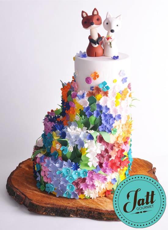 Pastel de bodas para 100 personas con topper de novios zorritos hechos de fondant