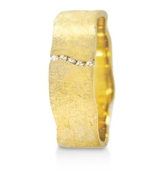Belancy vous présente Anael une merveilleuse alliance en or jaune 18 carats brossé aux bords ondulés de la collection Infini. Une ligne ondulée de diamants se dessine sur la largeur.  Une création Angeli Di Bosca radicalement contemporaine et audacieuse.