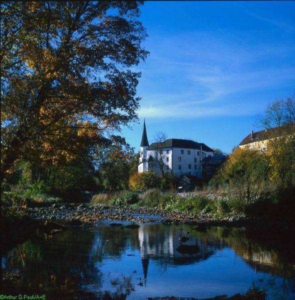 Beispiel: Schloss am Fluss, Foto: Schloss Pertenstein.