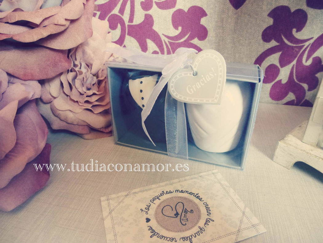 Bonito detalle de boda práctico, salero y pimentero novios