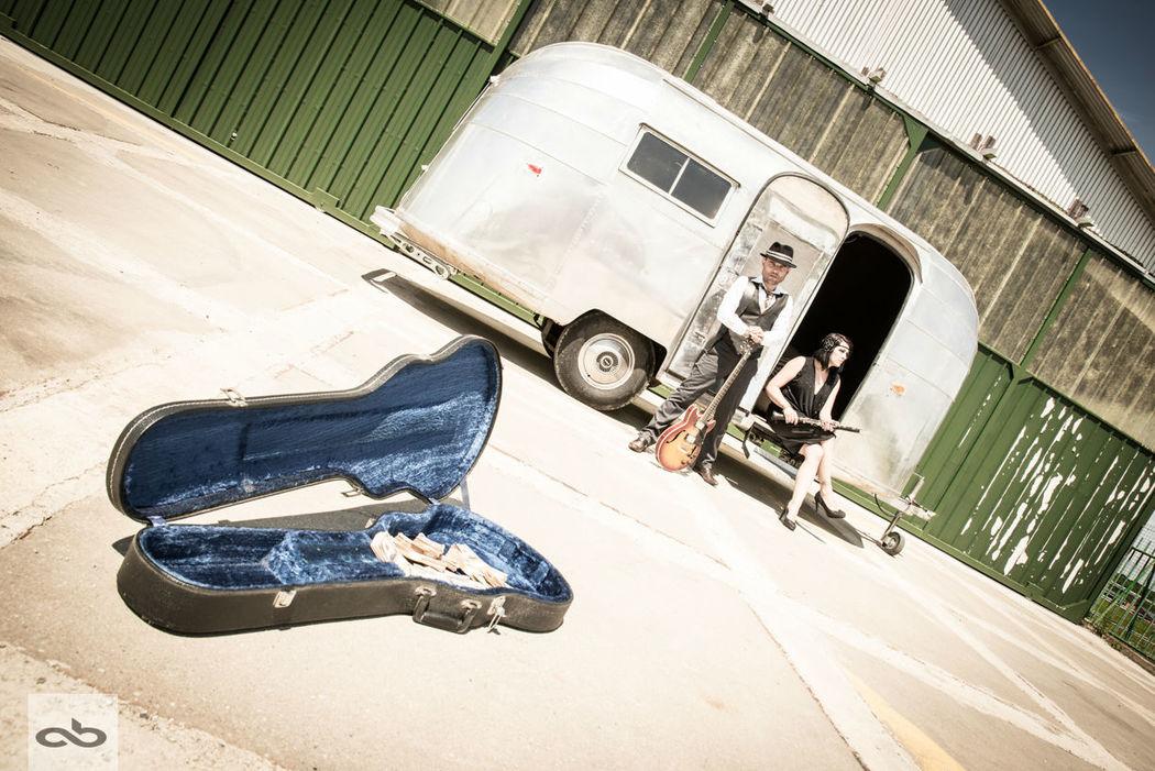 Sève et Alex devant leur caravane Airstream Betty Lascene