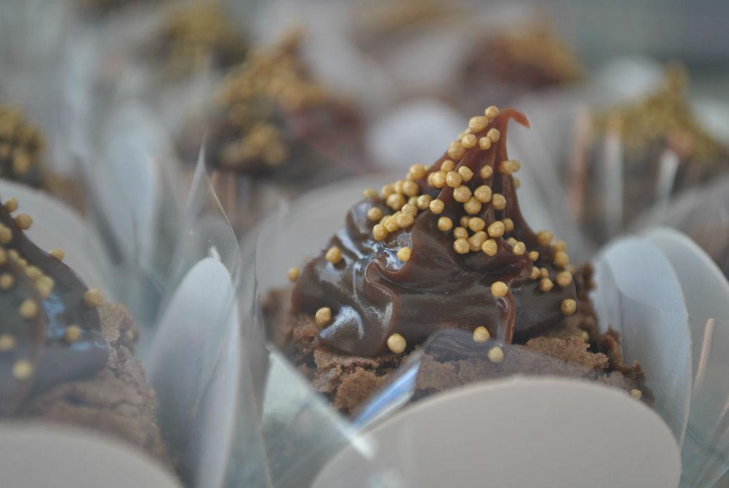 Mini brownies com cobertura de brigadeiro gourmet.