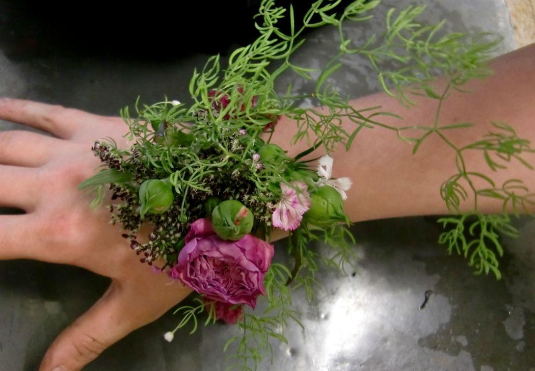 Beispiel: Armschmuck, Foto: Blumen Loos.
