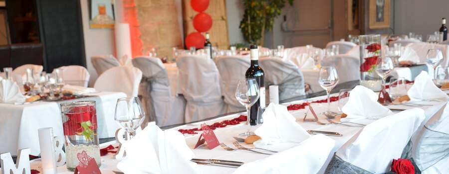 Table d'honneur thème rose rouge