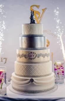 wedding cake argent, blanc avec drapé et matelassé