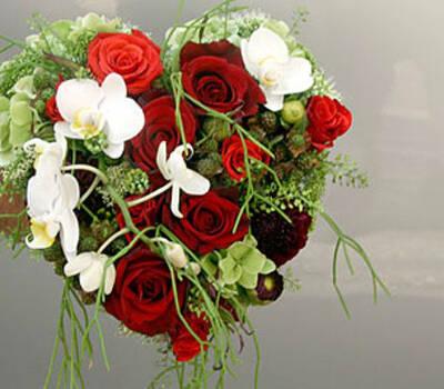 Beispiel: Brautstrauß in Herzform, Foto: Blumen Dürr.