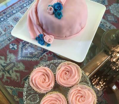 Torta novios y cupcakes de rosa