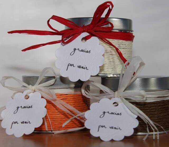 Velas aromáticas en caja de metal con etiquetas personalizadas