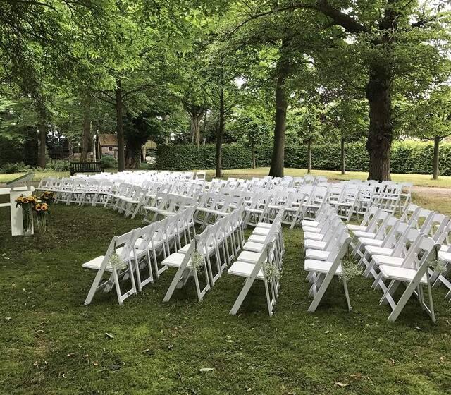 Ceremonie in de tuin van Sypesteyn