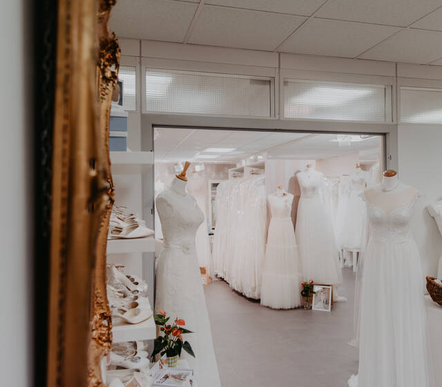 Beispiel: Brautkleid, Foto: Brautmoden Carousello Brautmoden, Wiesbaden, Mainz, Frankfurt