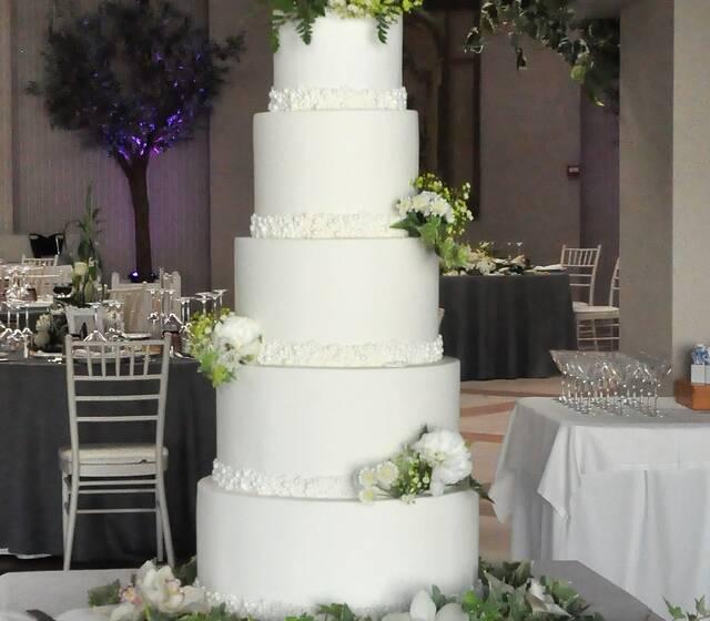 Tarta de boda en fondant, con flor natural.