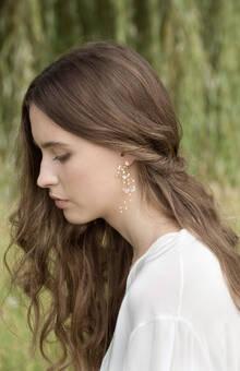 Orecchino pendente realizzato a mano con perle e cristalli