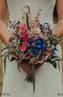 Bruidsboeket veldboeket in diverse kleuren.  Wij werken altijd met een stevige draadgebonden techniek
