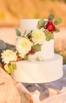 Wedding Cake Blanc et touches de rouge @Camy Duong Photographie