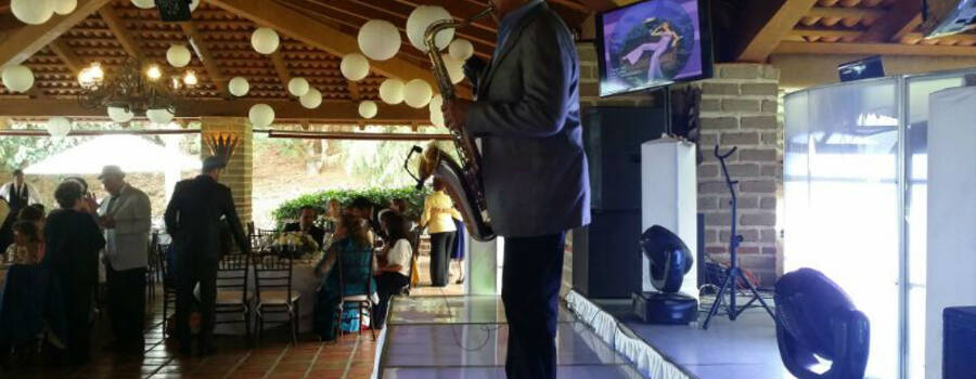 Saxofonista para banquete de boda