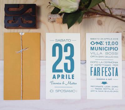 Giallo senape, pantone azzurro e mix di caratteri mobili per partecipazioni eclettiche con busta unconventional!