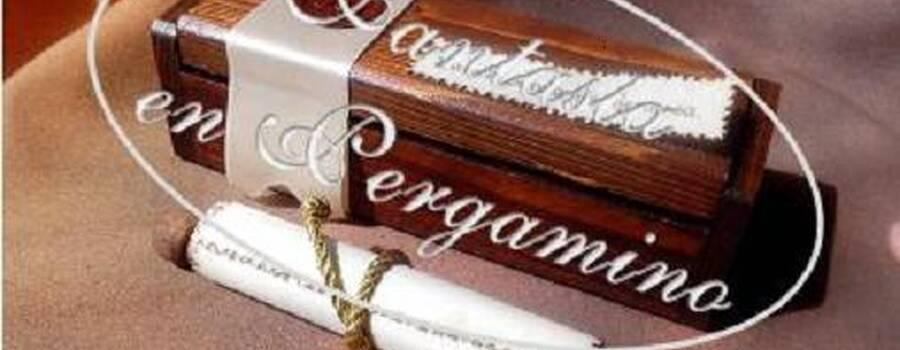 Cofre en madera estilo medieval con invitación en cuero y sello de lacre.