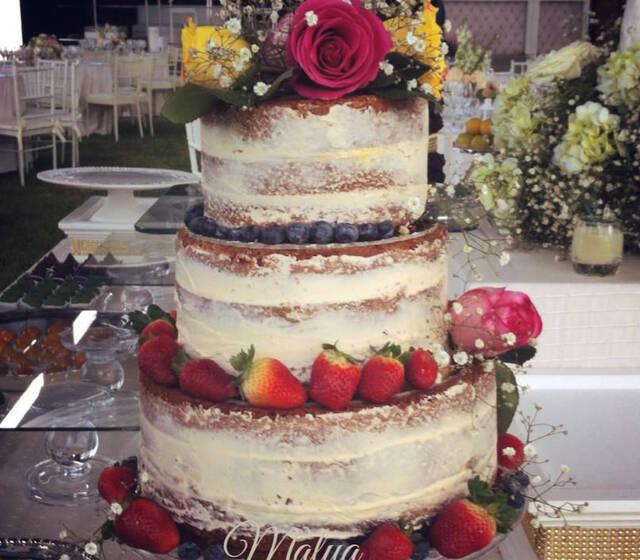Naked cake de vainilla, cubierta de buttercream y decorada con frutos del bosque y rosas naturales.