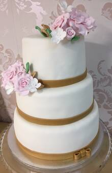 Tarta nupcial para la boda de Erika y Enric, jugoso bizcocho genovés relleno con una suave crema de merengue suizo sabor a  vainilla.