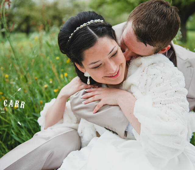 Beispiel: Glückliches Brautpaar, Foto: Wedding Factory by Sabrina Weber.