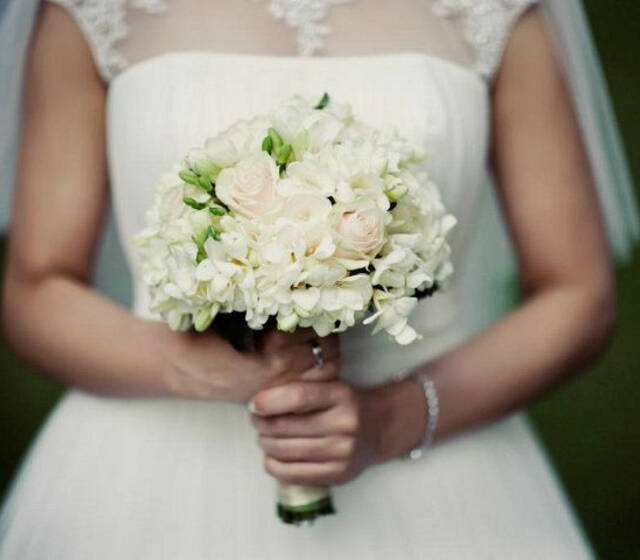 Beispiel: Braut mit weißem Blumenstrauß, Foto: Blumentruhe.