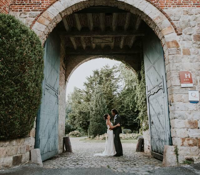 Photo des mariés sous notre magnifique porche